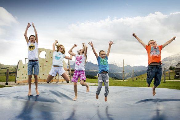 I bambini si divertono sui monti dell'Alta Badia