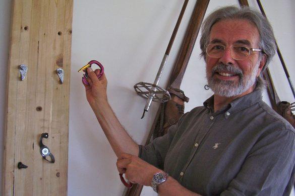 Gioachino Gobbi con il moschettone Twin Gate della Grivel