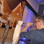 Scultore della Val Gardena lavora su un tronco di cirmolo