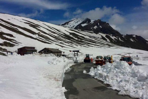 La strada del Colle del Nivolet sgomberata dalla neve