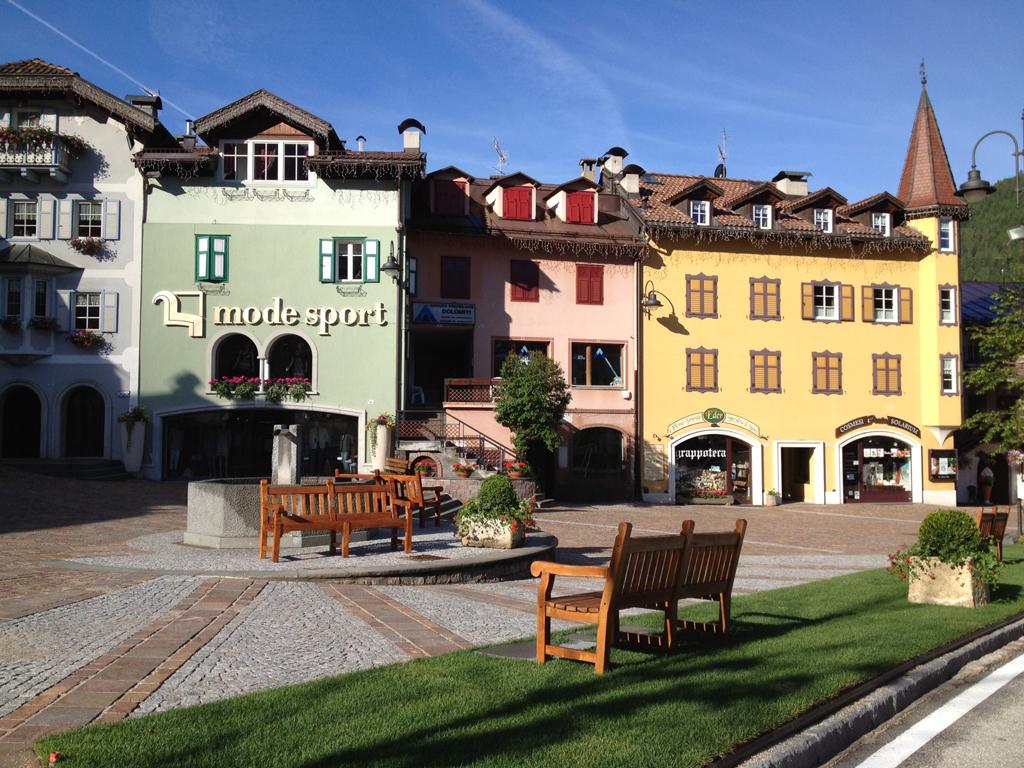 Moena, Perla delle Alpi - Val di Fassa- La piazza centrale del Paese