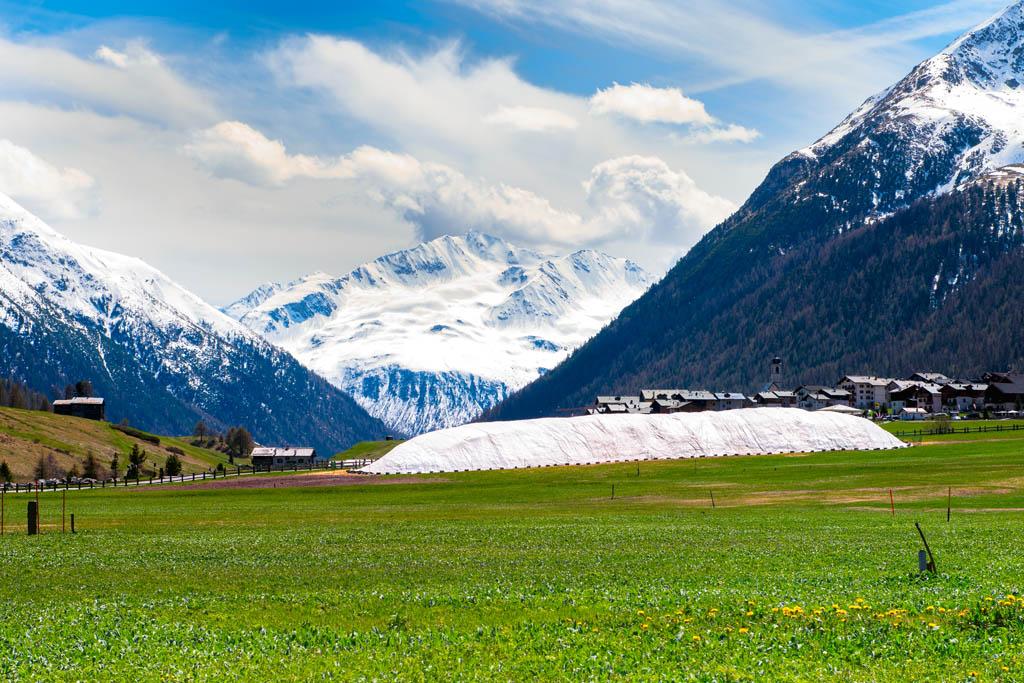 Lo Snowfarming a Livigno - fabbrica della neve - permette di conservare parte della neve invernale durante il periodo estivo
