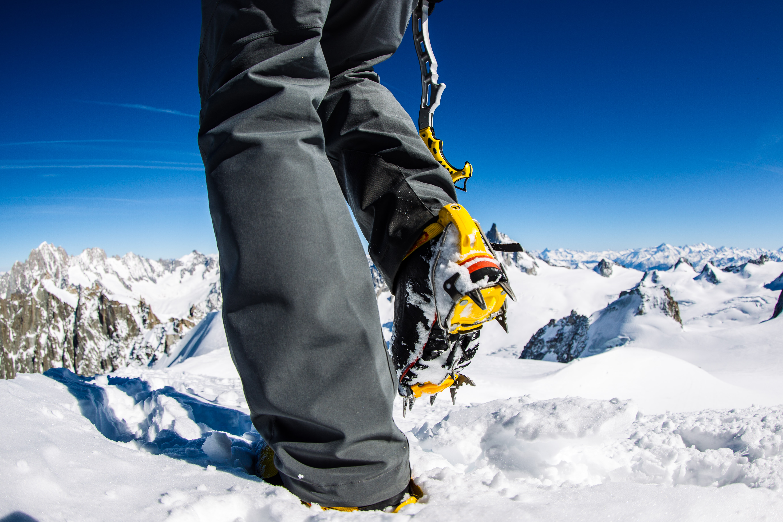 Steve House sulle Alpi con i ramponi Grivel