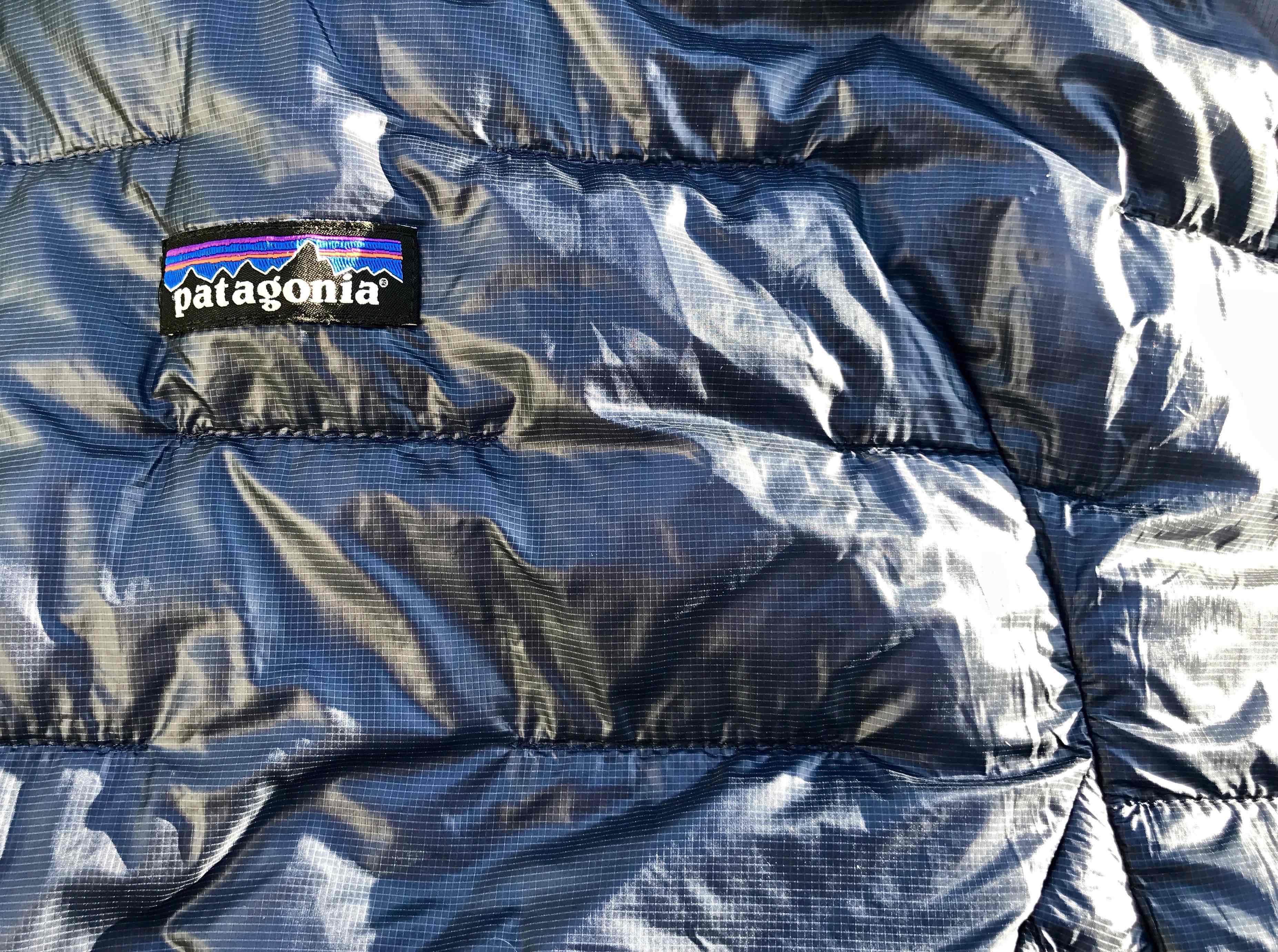 """Patagonia Micro Puff: particolare delle cuciture e delle zone di """"ingabbiamento"""" dell'isolante PlumaFill e del tessuto esterno Pertex Quantum"""