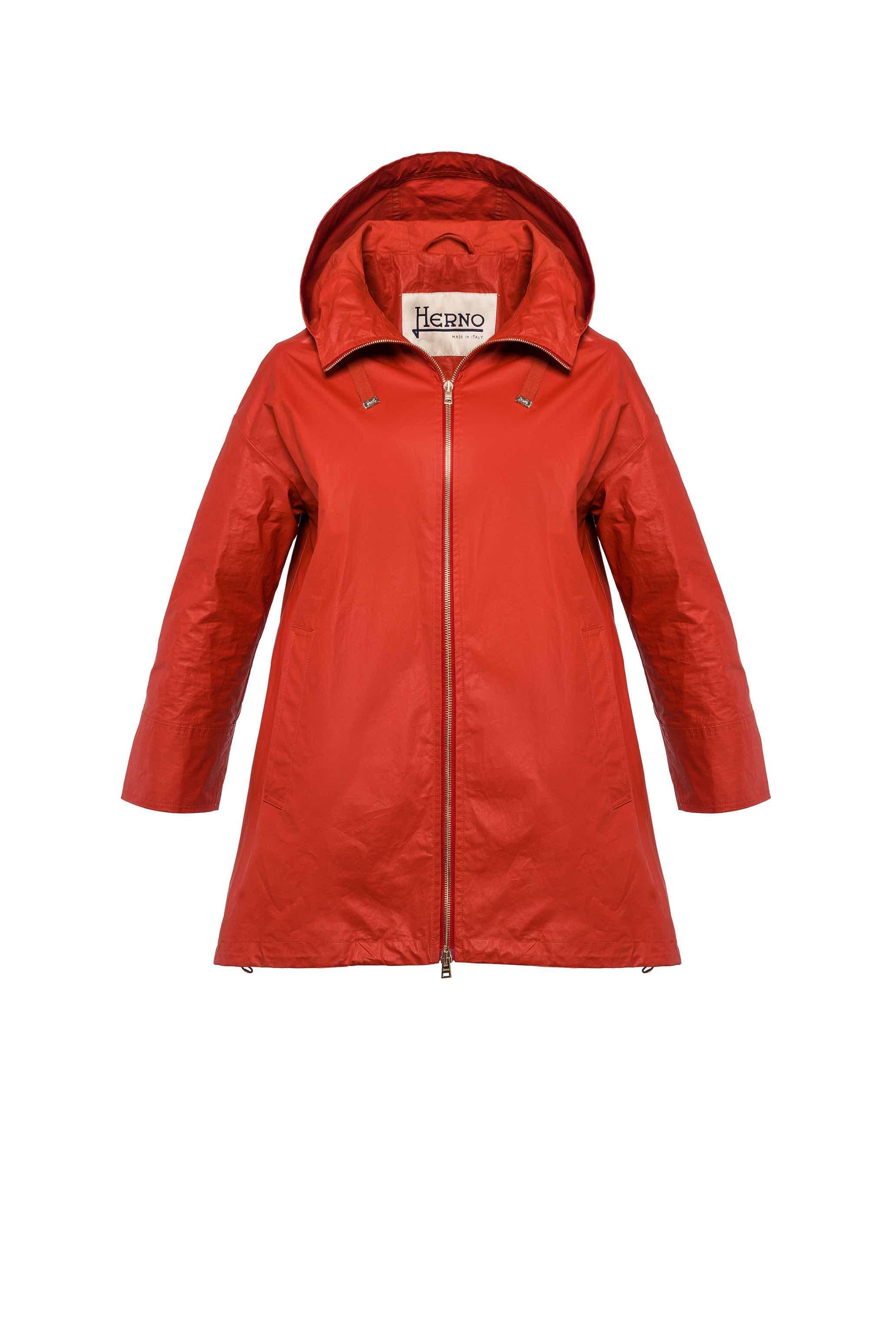 l'inconfondibile forma ad A caratterizza la giacca con maniche a 3/4 in cotone spalmato realizzato in brillanti colori primaverili, accessoriata da cappuccio e coulisse regolabili