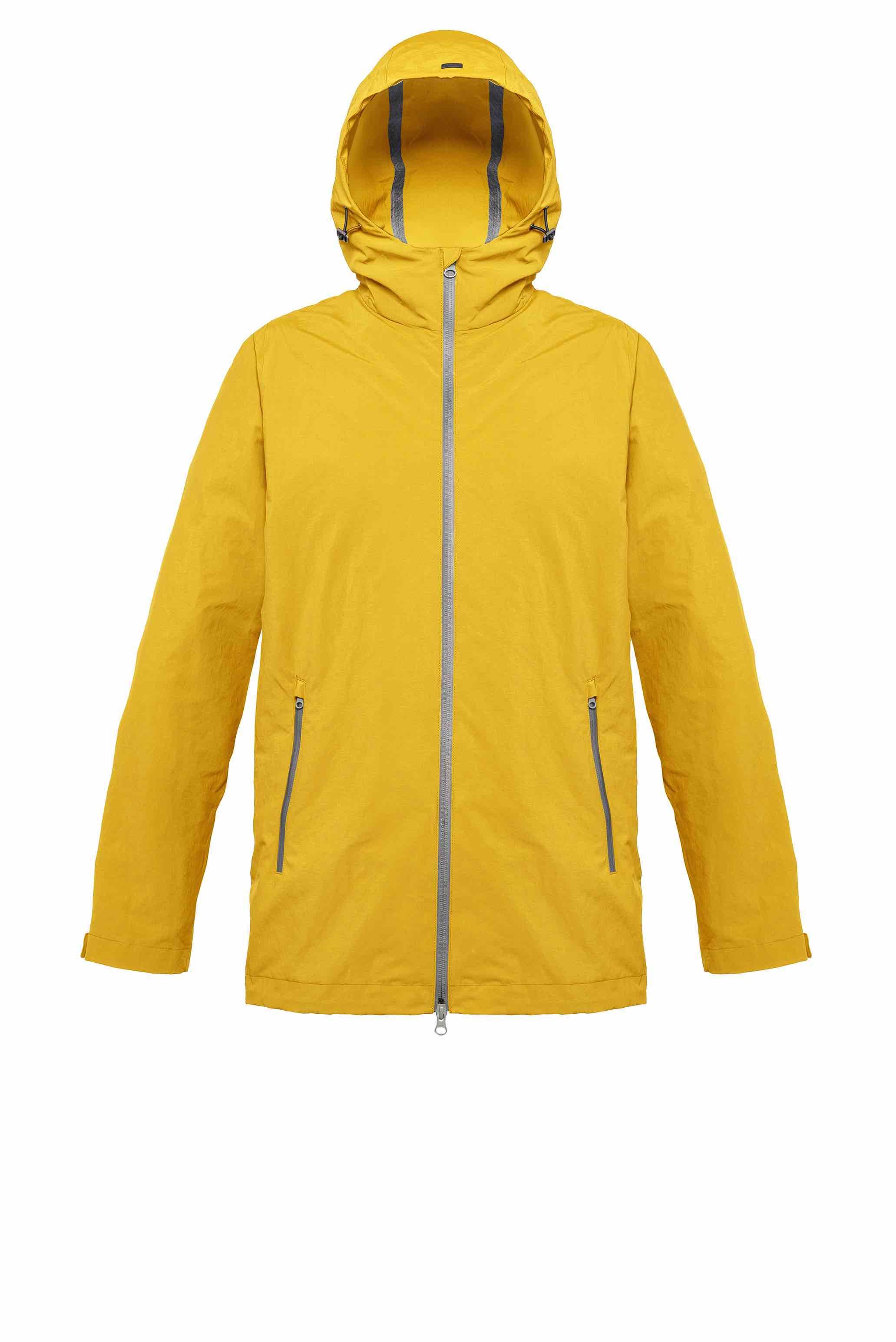 """Plaster effetto """"mano gesso"""" con trattamento anti goccia per la dinamica giacca oversize realizzata in color giallo sole con termonastrature e zip gommate anti-acqua in color grigio a contrasto."""