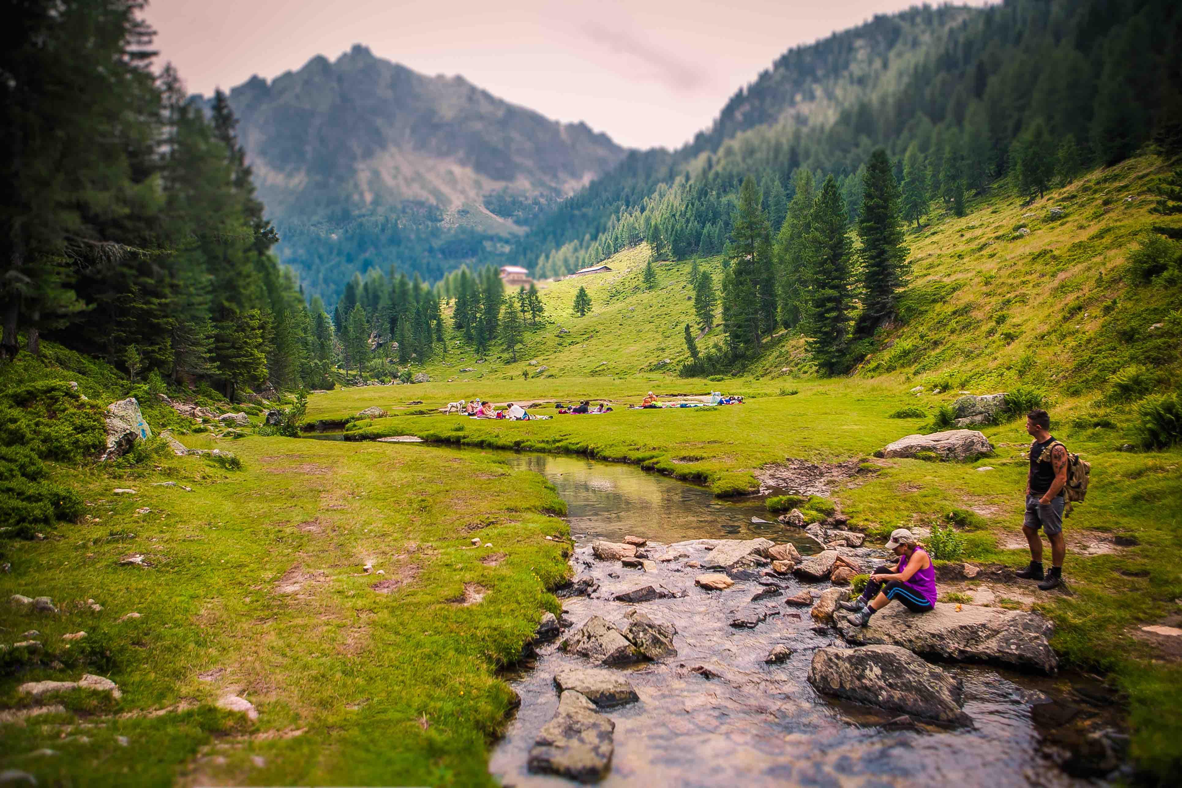 Panorama caldenave ruscello cima turisti - StoryTravelers