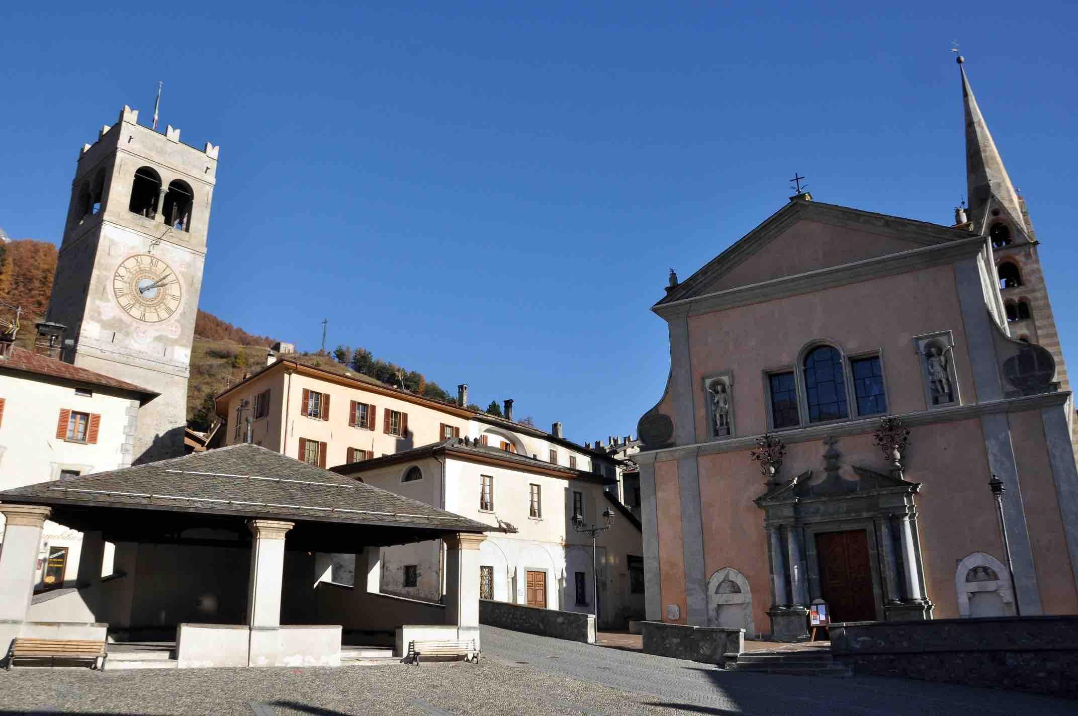 Collegiata_SS._Gervasio_e_Protasio,_Torre_delle_Ore_e_Kuerc_-_ph._Fausto_Compagnoni