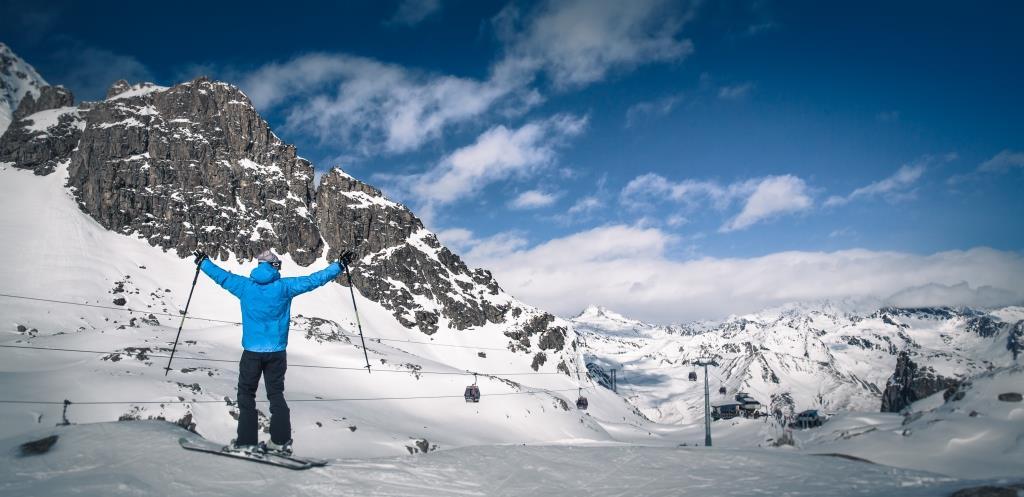 Sciare sul ghiacciaio del Presena con i Treni della Neve