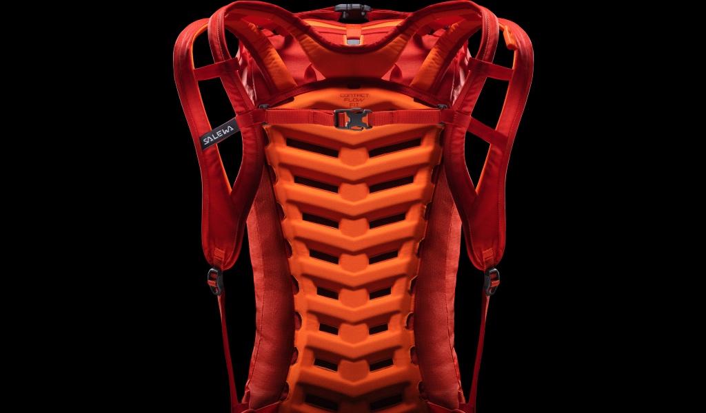 Zaino Salewa Apex Wall: prodotto innovativo per alpinismo che mantiene la schiena asciutta