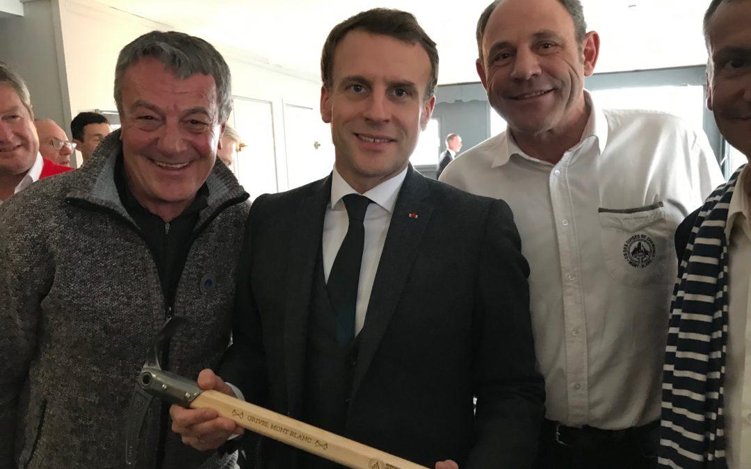 Emmanuel Macron sul ghiacciaio Mer de Glace con piccozza Grivel