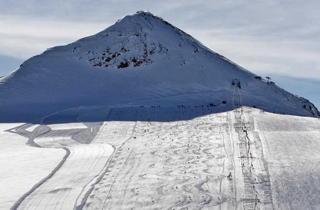 Stelvio, pista da sci in preparazione. Apertura dal 13 giugno
