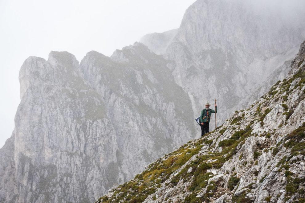 Günther Pernthaler, pastore delle pecore degli occhiali davanti alla malga Kofel - ©Altripiani.org