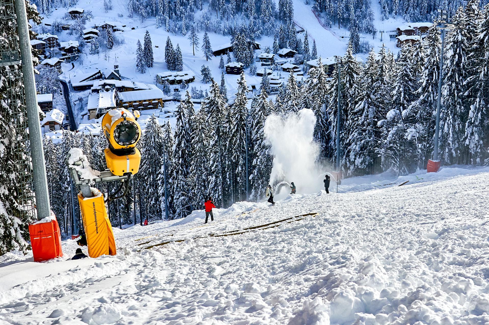 I lavori sulla pista Canalone Miramonti che martedì 22 dicembre ospiterà lo slalom notturno di Coppa del Mondo (Credits: Foto Bisti):