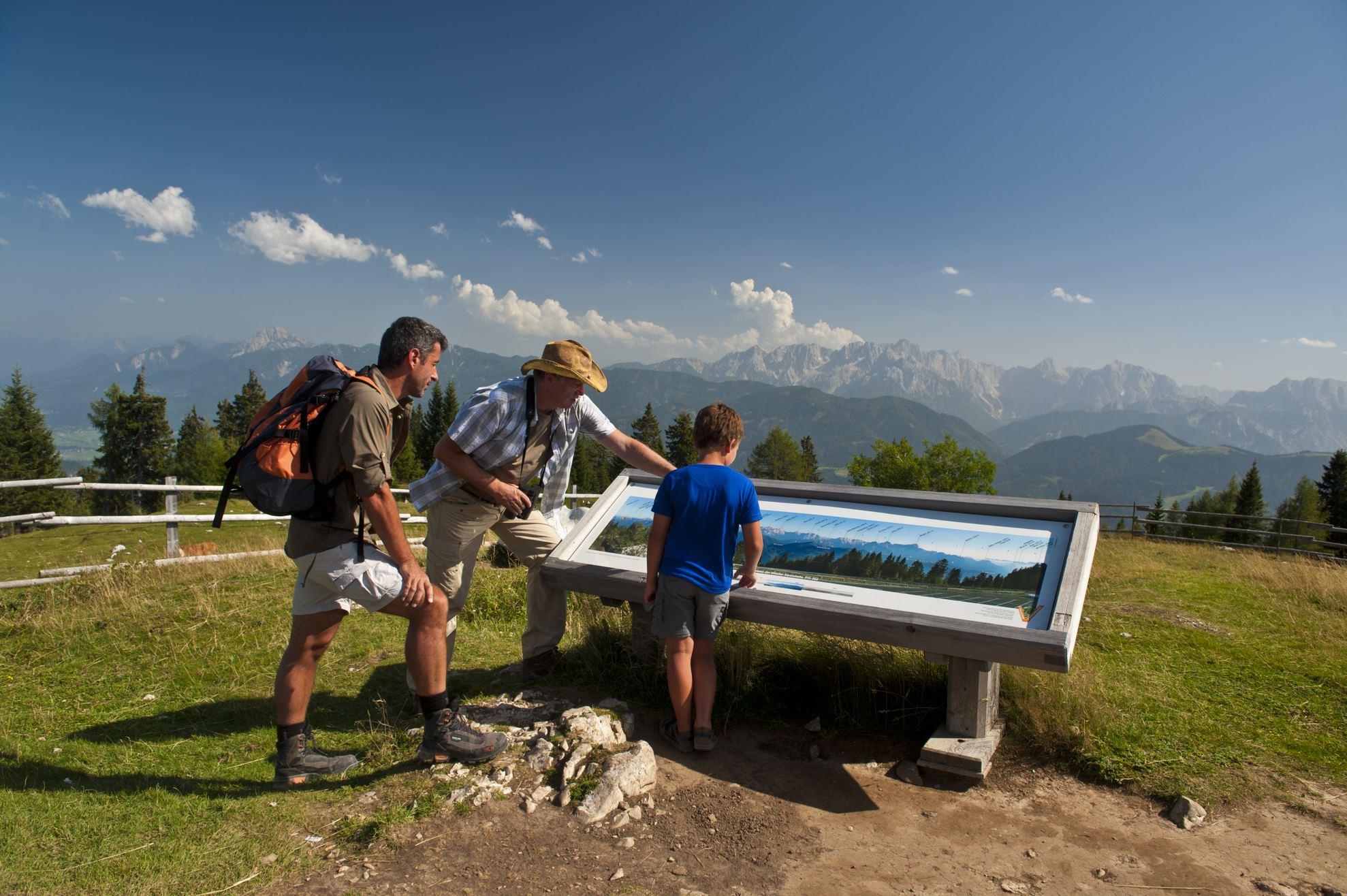 © Region Villach Tourismus_Franz Gerdl_Naturpark Dobratsch_Familie mit Ranger