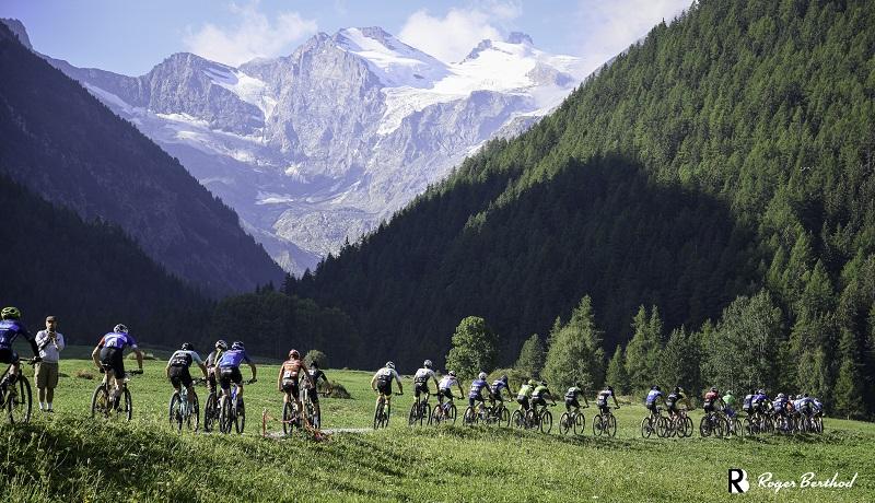 GranParadiso Bike 2021, gruppo atleti e vista del ghiacciaio