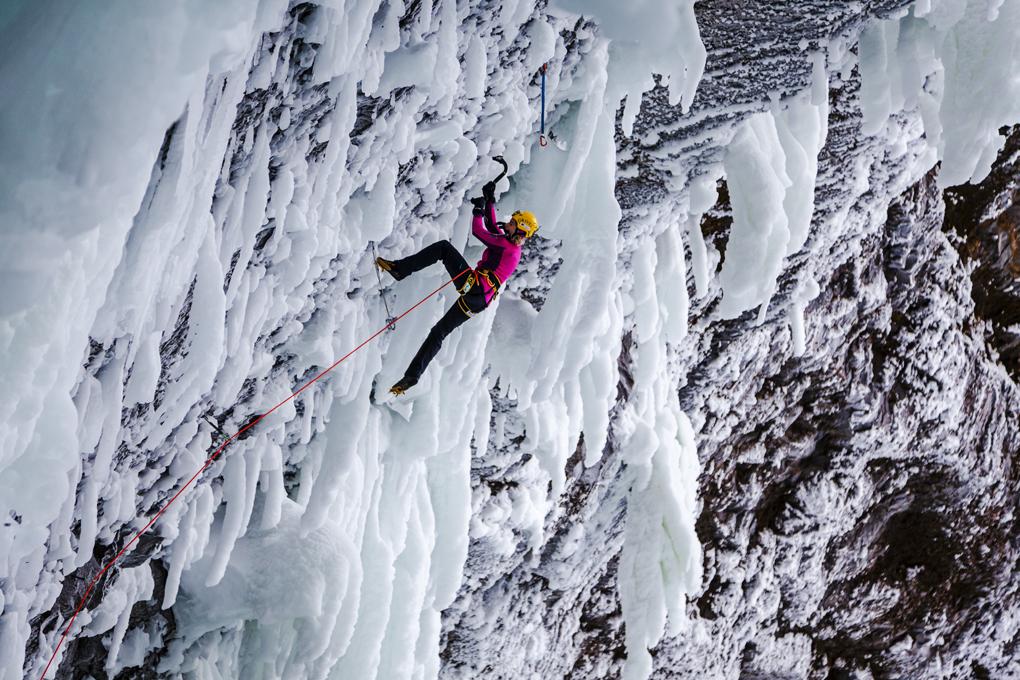 Angelika Rainer scala sulle Helmcken Falls