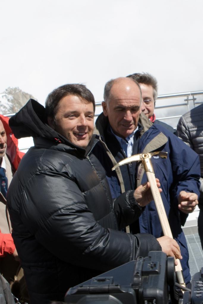 A Matteo Renzi la piccozza d'oro della Grivel