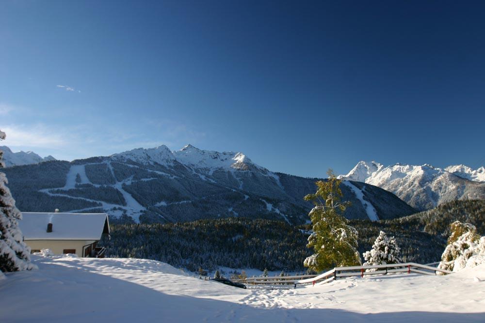 Prima neve ad Aprica su paesaggio autunnale