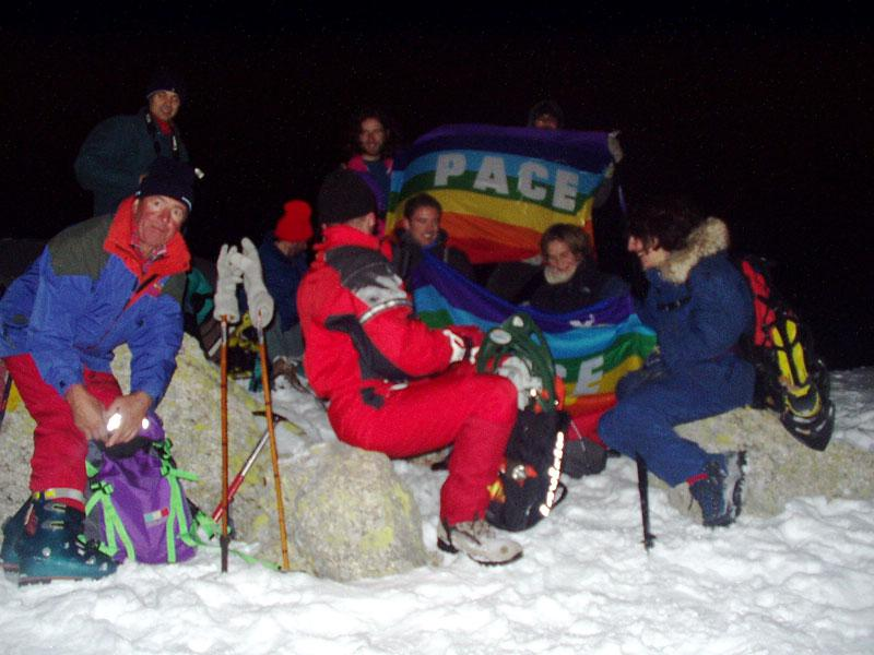 Di notte, a 2000 metri, in segno di pace