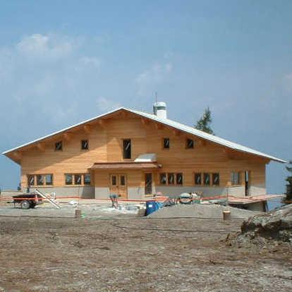 Le fiamme distruggono il rifugio CAI Valtellina di Aprica