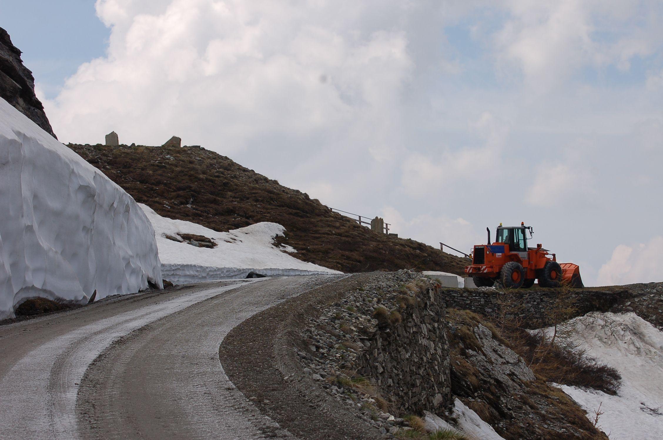 La strada sterrata del Colle delle Finestre pronta per il Giro d'Italia