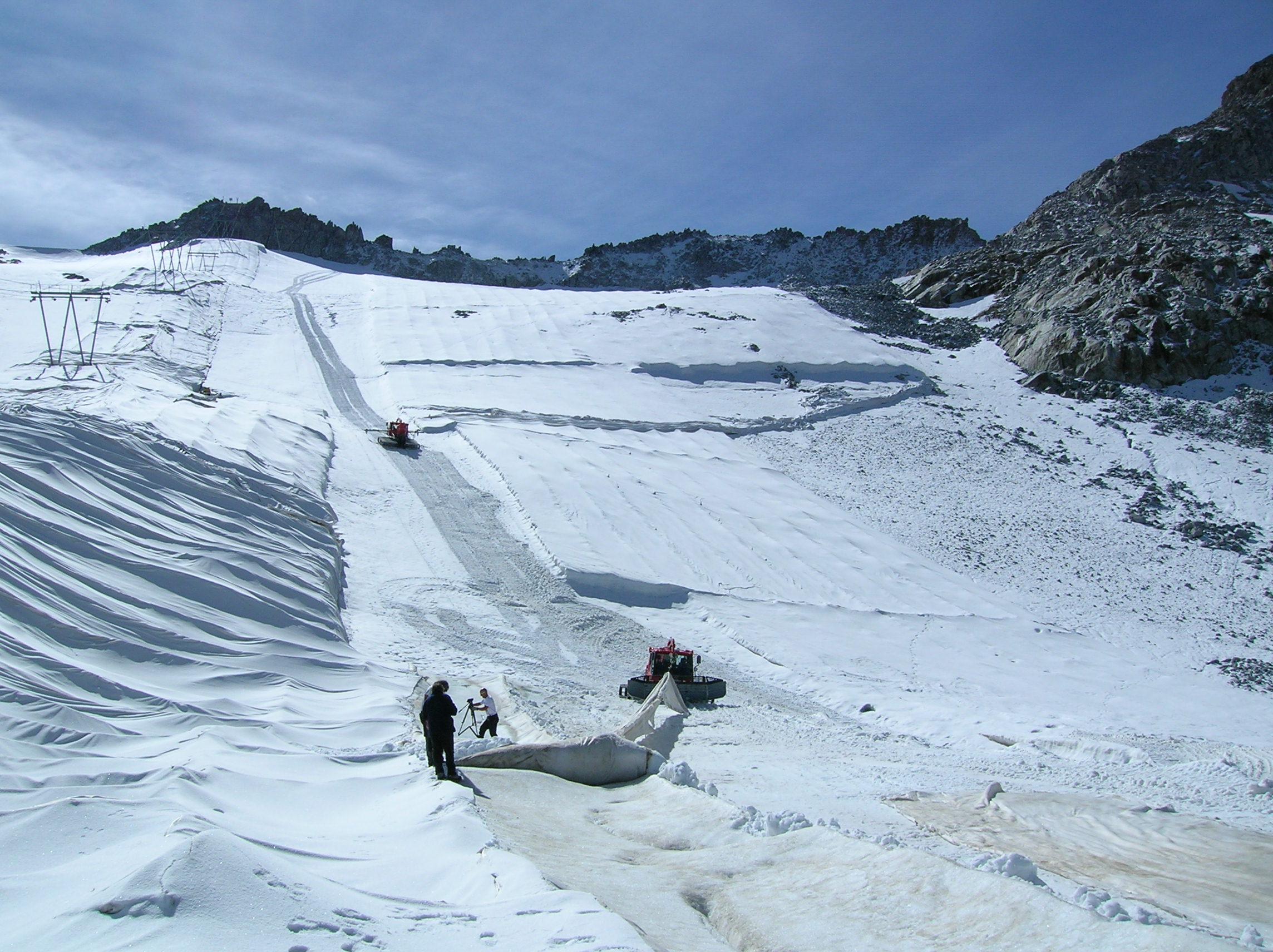 La coperta estiva sul ghiacciao del Presena salva 130.000 metri cubi di neve
