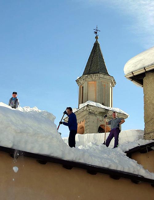 Ad Aprica si liberano i tetti dalla neve
