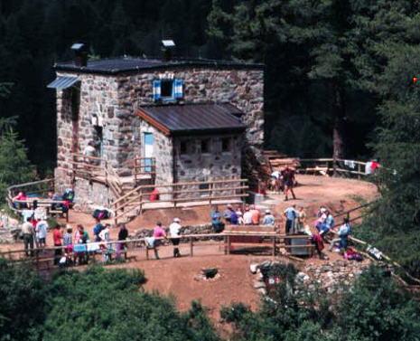 Un'estate di lavoro in montagna? Al rifugio T.Tamarelli, in Valle di Fassa, si può!